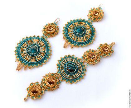 Купить или заказать Крупные серьги из бисера 'Индийская Принцесса', вышивка бисером в интернет-магазине на Ярмарке Мастеров. Очень красивые, нарядные, крупные серьги выполнены в смешанной технике: верх сережек выполнен из риволи, оплетеной мелким японским бисером золотого цвета, украшен чешскими гранеными бусинами и хрустальными биконусами Сваровски. Нижний элемент расшит японским бисером, стеклярусом и бусинами, по центру - кабошоны перуанской хризоколлы. Низ сережек украшен хрустальными…