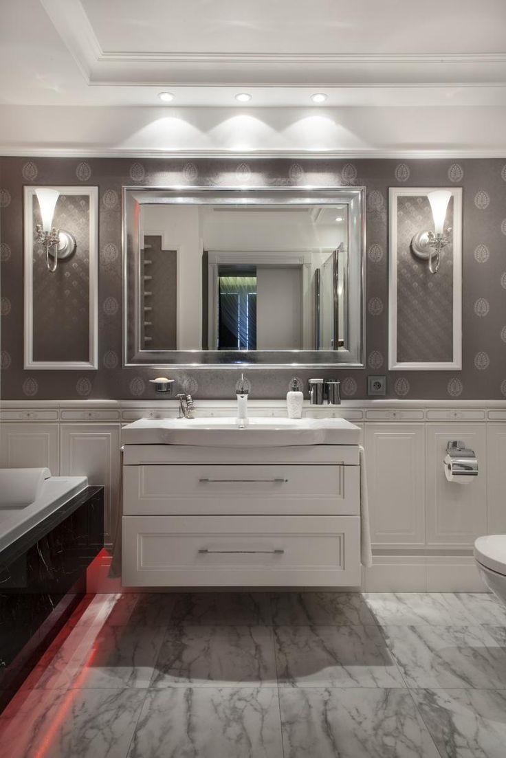 Mieszkanie w stylu klasycznym - luksusowe wnętrze - aranżacja wnętrz w stylu klasycznym. Zobacz więcej na www.amarantowestudio.pl  Klasyczne wnętrze - Kinkiety przy lustrze w łazience