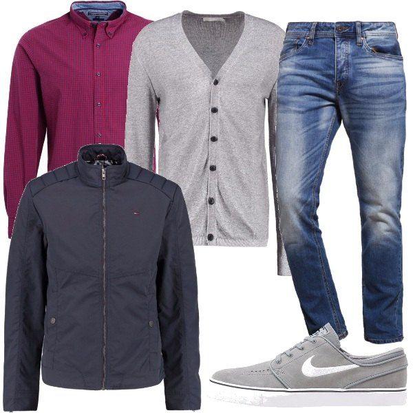 Per questo outfit: jeans a sigaretta effetto délavé vita normale, camicia a quadrettini rossa, cardigan grigio chiaro, sneakers Nike grigio chiaro e giubbotto con collo alto grigio scuro.
