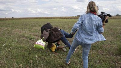 Kameramanka televize N1TV nastavila nohu muži, který utíkal s dítětem v náručí.