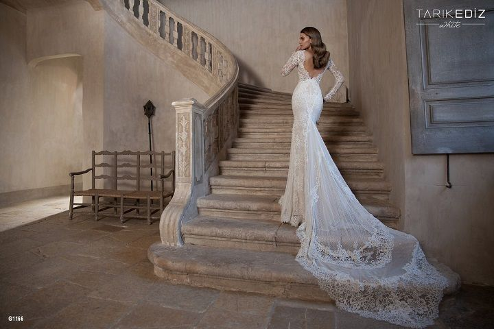Beautiful mermaid style with a stunning double layered train!
