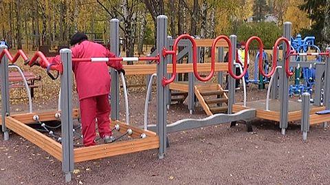 Maahanmuuttajavanhuus...  Moni maahanmuuttajavanhus arkailee lähteä ulkoilemaan. Lue lisää: http://yle.fi/uutiset/maahanmuuttajavanhus_arkailee_ulkoliikuntaa/7512262