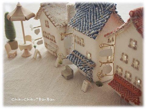 新しい街の家ランプ。 少し型が変わってます。 屋根と煙突も今までとは少し違う造りになってます。 新築ですよ(^-^)ゝ #handmade #ハンドメイド #手仕事 #水フェルト #wetfelt #ランプ #湘南tsite #家ランプ #新築 #羊毛建築 #羊毛 #羊毛フェルト #yarngathering2days #igersjp #ミニチュアハウス #フェルトハウス #miniaturehouse #家