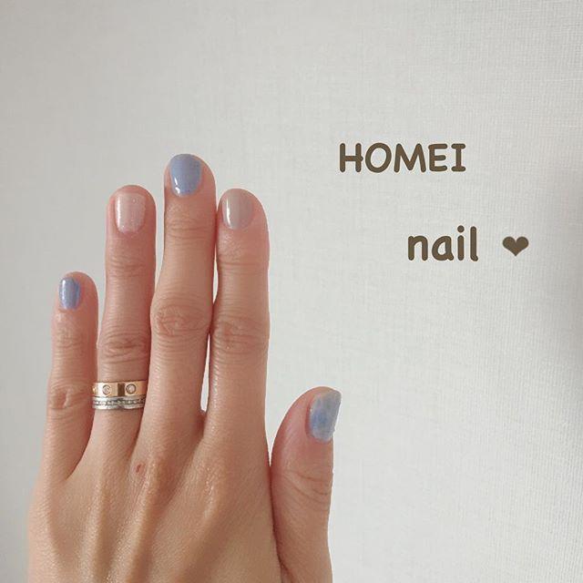\HOMEI nail ♡/ . カラー買い足しました(#^.^#)♡ . HOMEIネイル、普通のジェルネイルやる感覚で厚塗りすると、すぐ剥がれます💦💦 . 更に、爪に油分残ってると… やっぱりリフトしやすい(*_*) . そんな訳で何度か研究し(笑) 甘皮処理して、爪の表面を少しだけサンディング☆ . . そして薄めに塗って→ライト 薄めに塗って→ライト を色の好みで2〜4度繰り返します(^^)♪♪ . . やっぱり爪の表面を少しヤスリかけると ネイルの密着度がUPしますね✨✨ . このやり方でやったら、初めて試した時より断然密着!! リフトしそうな爪がないー\(^o^)/ . 親指はマーブル柄にしたんだけど。。 厚塗り出来ないから上手くマーブル作れなかったσ(^_^;)あは💦💦 . どのぐらいモツかな?! とりあえず今朝起きたら全部まだついてる😁👍 . 厚塗りした時、あっという間にリフトしたからね😂😂 . . また記録(報告)します(^-^)/ . ** #ネイル #セルフネイル #セルフネイル部 #ジェルネイル #HOMEI #ホーミー…