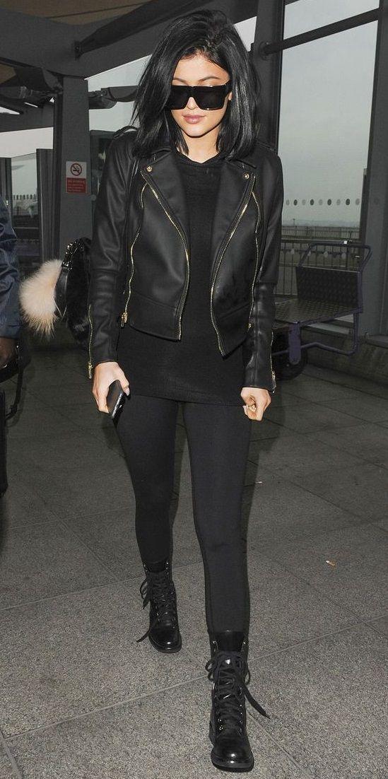 Jaqueta de couro, blusa preta, calça legging preta, coturno preto