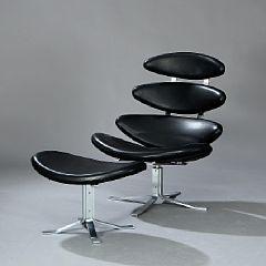"""306/20 - Poul M. Volther: """"Corona"""". Hvilestol samt skammel. Sæde, ryg samt skammel betrukket med sort skind. (2)"""
