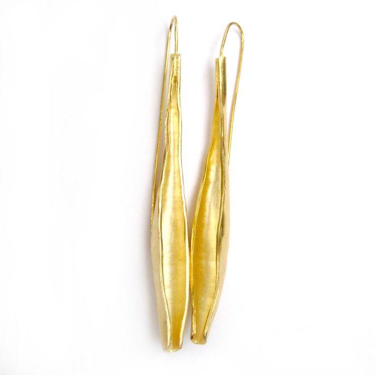 Aros largos: bronce con baño de oro. - La Joyería