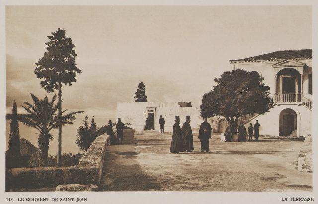Το προαύλιο της Μονής του Αγίου Ιωάννη του Θεολόγου (Πρέβελη) στην Κρήτη. Πρωτότυπος τίτλος Le Couvent de Saint-Jean. La terrasse. Χρονολογία έκδοσης 1919 Έκδοση BAUD-BOVY, Daniel, BOISSONNAS, Frédéric. Des Cyclades en Crète au gré du vent, Γενεύη, Boissonnas & Co, 1919. http://www.laskaridou.gr/