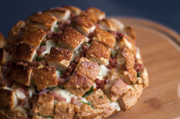 Imagine você e seus amigos puxando estes deliciosos pedacinhos de pão italiano recheadíssimo. O melhor? É fácil de fazer! Veja aqui a receita.
