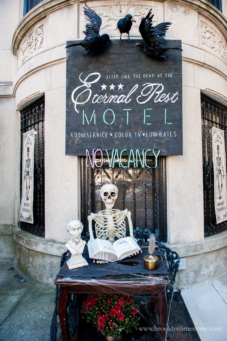 173 best halloween fun images on pinterest happy for Hotel door decor