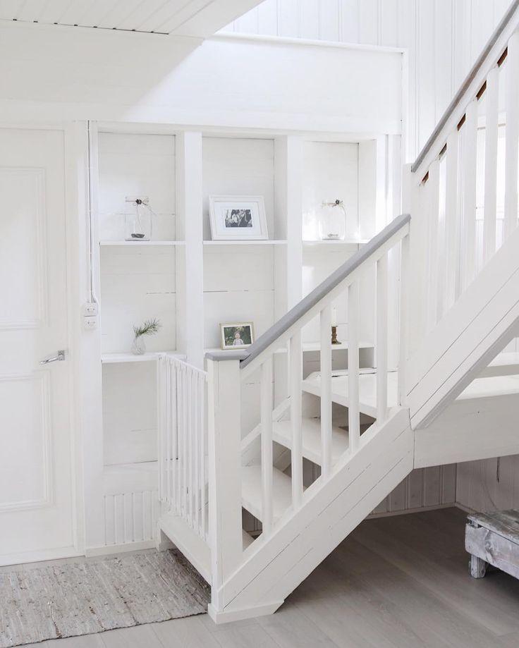 Seinä portaikon alapäässä tarjoaa kätkee itseensä hauskan säilytyshyllykön.