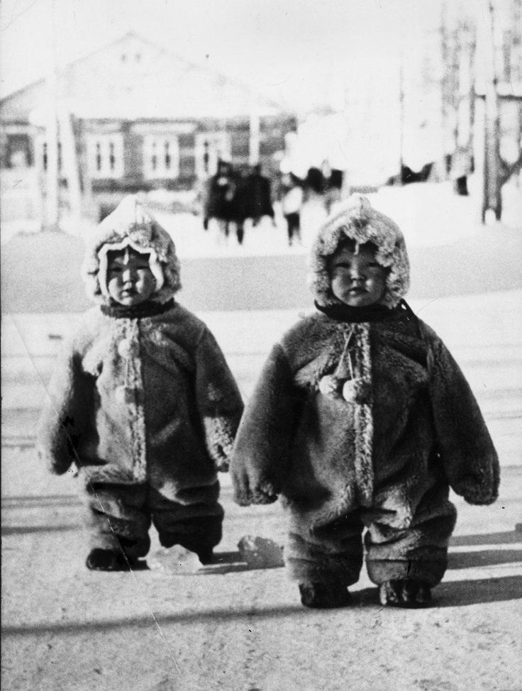 These twins toddlers on a Russian street are so well protected against the cold that they look like penguins 1968.[870x1152]