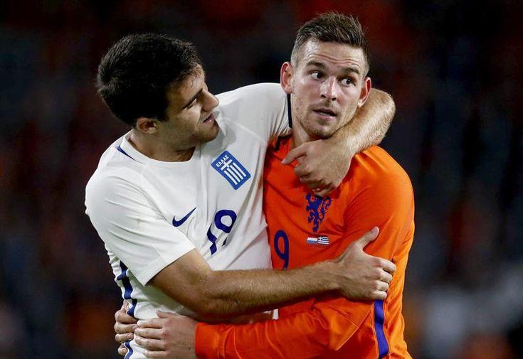 El holandés Vincent Janssen (i) yel griego Socrates Papastathopoulos (d) durante…