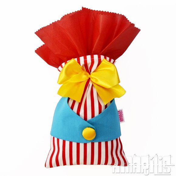 CRIAÇÃO POR AMARÍLIS ATELIER!    Sacola para Lembrancinha de Aniversário no modelo Palhaço  Tema Circo     Feita em Tecido 100% Algodão (Tricoline)    Corpo em Listras Vermelhas e Brancas  Colete Azul Turquesa  Laço e Botões Amarelos  Papel de Seda Vermelho com Borda Zig-Zag    Confeccionada Tamb...