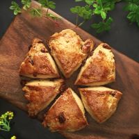 画像1 : Instagramユーザーの「naho」さんのベーカリーのような朝食スタイルがとってもかわいい!朝焼きの手作りパンで名札をつけておしゃれに仕上げています。皆さんもぜひ「naho」さんのアイデアを参考にして素敵なパンを作ってみてください。