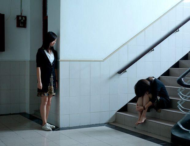 Fan Shi San est un photographe engagé basé à Shanghai.Sa série «Two of Us» s'adresse aux jeunes affectés par la politique de l'enfant unique en Chine.Fan Shi San, lui aussi enfant unique, veut démontrer cette solitude imposée en photographiant des enfants uniques puis en les dupliquant, créant ainsi un jumeau ...