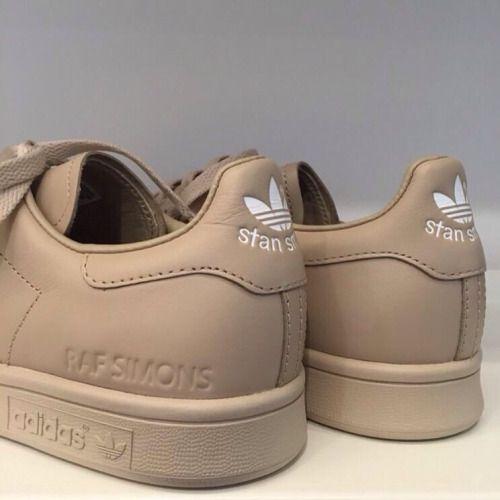 Adidas by Raf Simons, quand un géant du sportswear s'allie à un créateur visionnaire. Adidas et Raf Simons collaborent depuis 5 saisons pour proposer une collection de sneakers aussi confortables que pointues. Les Stan Smith se voient ainsi revisitées. Pour A/H'15-16 et parmi la nouvelle palette, je recommande celle-ci. Une couleur poussière-sable qui fleurent bon l'automne, le cuir et le bon goût. Le modèle est disponible sur le site Sneakerboy..