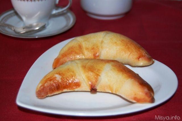 Ecco a voi una ricetta facilissima per fare dei cornettini per la prima colazione... e con il bimby sarà ancora più veloce! Procedimento per preparare i cornetti veloci