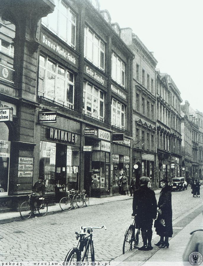 Ulica Kazimierza Wielkiego, kamienice nr 47-53, widok w stronę wlotu ulicy św. Doroty (za samochodem) Kostka w jodełkę.01 kwietnia 1936