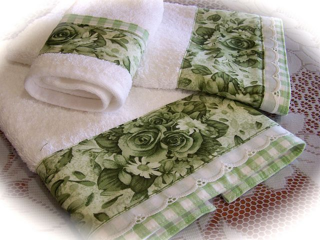 Bathroom towel set for the green and white bathroom. So decorative and chic towels. www.thedecorativetowel.com