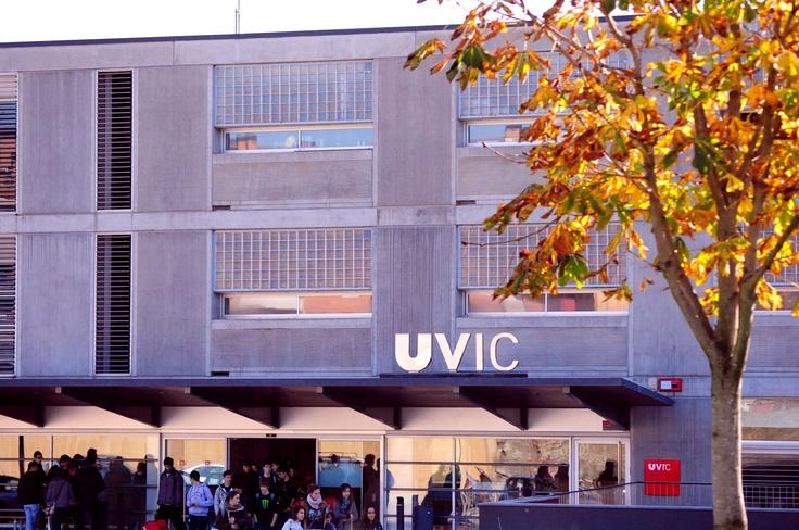 #UVic, Universitat de Vic. Tardor a l'entrada de la Torre dels Frares.