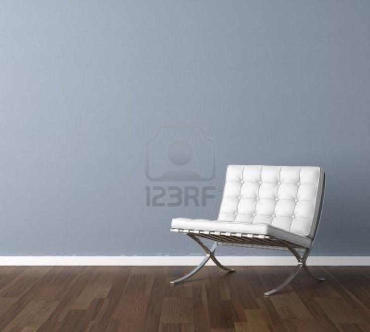 Interieur design scène met een moderne witte stoel en lamp op blauwe muur, kopie ruimte in de muur Stockfoto