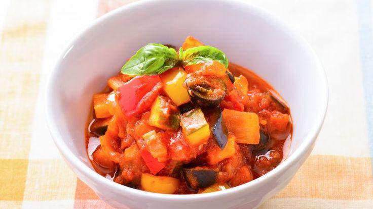 カポナータとは、たっぷりの野菜をトマトで煮込むイタリアの定番料理。フランスのラタトゥイユと似ていますが、ヴィネガーで酸味を加えるのが特徴です。冷めてもおい... #ゼクシィキッチン #料理