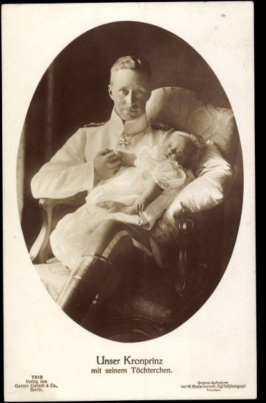 Een trotse vader! Alexandrine Irene van Pruisen (Berlijn, 7 april 1915) was het vijfde kind en de oudste dochter van de laatste Duitse kroonprins Wilhelm en diens vrouw Cecilie van Mecklenburg-Schwerin en een kleindochter van de laatste Duitse keizer Wilhelm II. Alexandrine leed aan het syndroom van Down. Binnen de familie werd daar met grote vanzelfsprekendheid op gereageerd. Zij bezocht een bijzondere school voor verstandelijk gehandicapte kinderen opgericht door pedagoog Johannes Trüper
