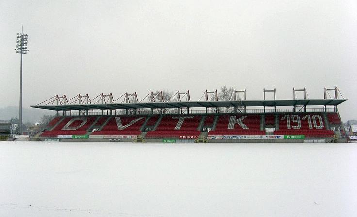 Ismét hó alatt a Diósgyőri Stadion centerpályája (2013. január 23.)