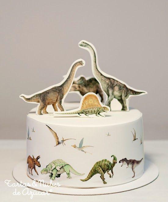 Tarta Dinosaurios, decorada con papel de azúcar sobre fondant   tartas y nubes de azúcar