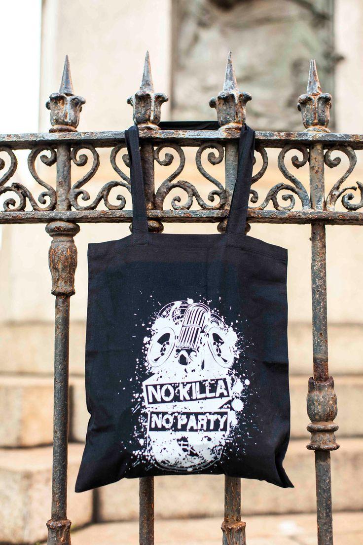 """SHOPPER """"NO KILLA NO PARTY""""  Siete stufi di utilizzare le solite borse con grafiche banali?  Solo nel nostro Store potete trovare una borsa con una grafica originale del vostro cantante preferito, ideale per andare a scuola o in palestra.  Shopper nera in cotone, con grafica bianca """"No Killa No Party""""."""