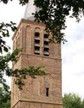In de 17e eeuw ging de oude kerk, die ten noorden van het dorp eenzaam in de akkers lag, met de Oude Toren over in handen van de protestanten. In de 18e eeuw waren er in Stiphout dus twee kerken. De schuurkerk van de katholieken, midden in het dorp, en de oude kerk met de Oude Toren, voor de hand…