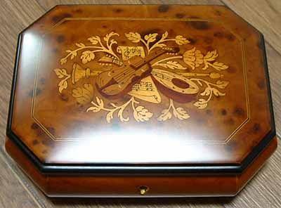ソレントの伝統工芸品 寄木細工(インタルシオ)のオルゴール(カンパーニャ、イタリア)
