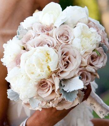 Ramo de novia con rosas nude o rosa palo y peonías en blanco. Romántico y elegante. #ramo #novia #peonias #rosas