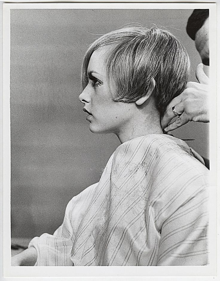 VINTAGE ICONIC Twiggy Gets a Haircut Press Photo
