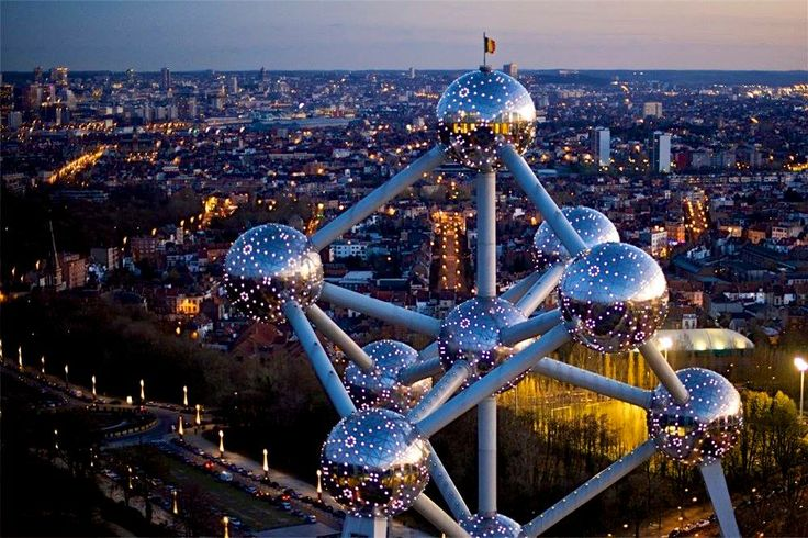 The Atomium by night with Brussels in the background. #atomium #bruxelles #brussels #brussel #expo #exposition #expo58 #58 #exhibition #tentoonstelling #musée #museum #musea #visite #visit #bezoek #tourism #tourisme #toerism #attraction #attractie #atomium #architecture #architectuur #fifties #atomic #atomicage #spaceship #tube #sphere #stairs #design what to do que faire wat te doen voir see zien #must #top #art #kunst #contemporain #hedendaags #landmark #symbol #symbole #symbool #panorama