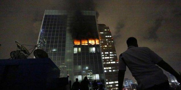"Dinas pemadam kebakaran DKI Jakarta pada Selasa (10/03/2015) dini hari tadi berhasil memadamkan api yang membakar Gedung Wisma Kosgoro sejak Senin (09/03/2015) sore. Para pemadam kebakaran juga sudah melakukan proses pendinginan di sejumah titik di lantai gedung yang terbakar. Seorang anggota Barisan Relawan Kebakaran mengungkapkan, ""saat ini tim pemadam kebakaran tengah dalam proses pendinginan,"" Selasa (10/02/2015).  Berdasarkan pantauan di lokasi kejadian, sejak terbakar Senin…"