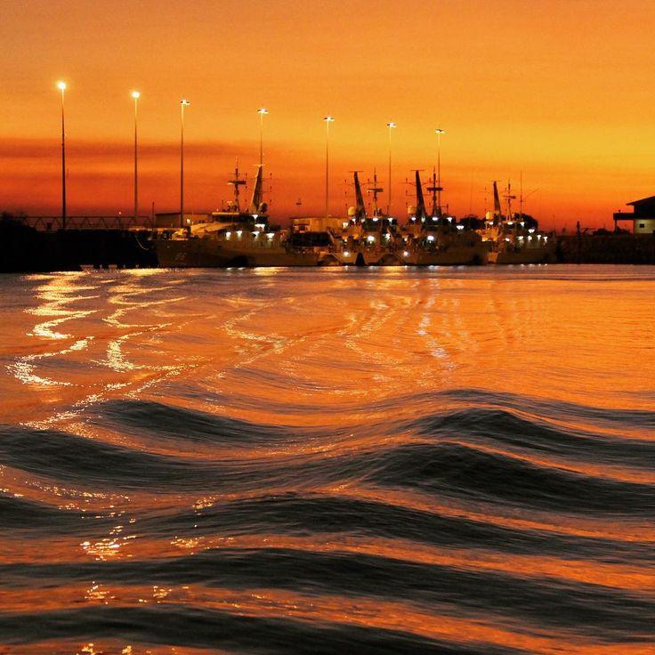 #Sunset Fish'n Chips - the only #DarwinHarbour #cruise that makes #waves like this!  Thanks to Jonathan Arscott for the photo. #Seadarwin #Darwin #NTaustralia #SeeAustralia