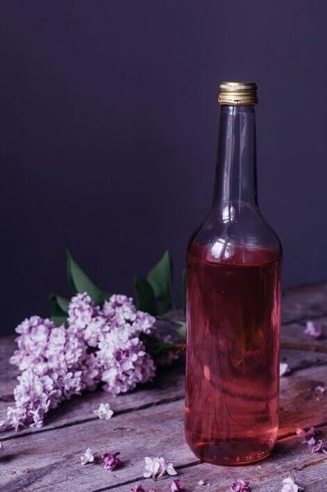 Nalewka na kwiatach Lilaka - Kwiaty lilaka włożyć do słoja, zalać alkoholem, odstawić na 5 dni. W tym czasie często mieszać. Nalew zlać, a na kwiaty wsypać