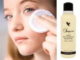 Aloe Eye Make-up Remover Een olie-en alcoholvrije formule die oogmake-up verwijdert zonder in de ogen te prikken en de tere huid uit te drogen. De gestabiliseerde aloë vera gel verzorgt, reinigt en voedt de huid. Zijde aminozuren helpen de wimpers te verstevigen en het gebied rondom de ogen te conditioneren.