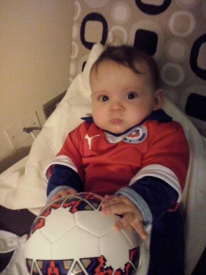 El hijo de Daniela no suelta la pelota para seguir alentando a #LaRoja https://instagram.com/babytuto/