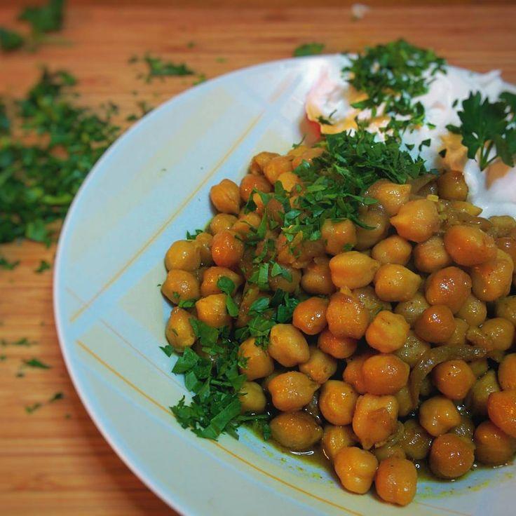 """""""Ρεβιθάδα φούρνου με κάρυ, καγιεν, ξύσμα λεμονιού γιαούρτι και μαϊντανό. #chickpeas #curry #parsley #cayennepepper #yogurt #lemonzest #mimiscooks #yummy…"""""""