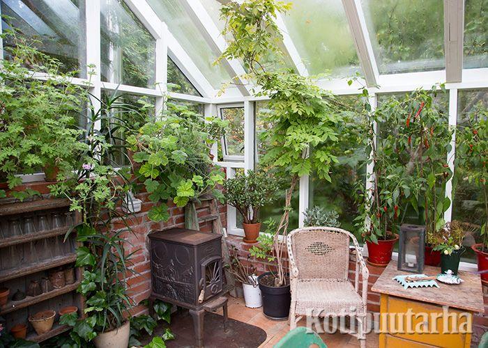 Pieni oleskelupaikka tekee kasvihuoneesta kotoisan ja vielä jää hyvin tilaa kasveille. www.kotipuutarha.fi