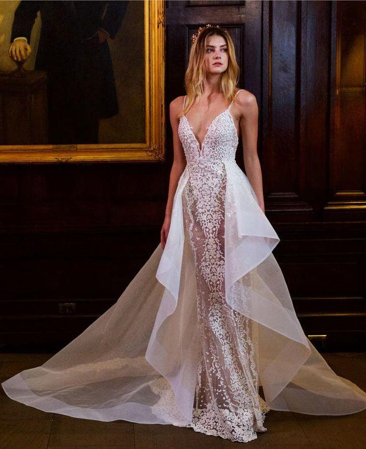 Vestido de noiva Berta Bridal desfilados na NY Bridal Week com decote profundo, de alça. Corpo do vestido todo trabalhado com bordado, renda e brilhos. Modelo justo ao corpo com uma saia em cima saindo da cintura. Saia com transparências e rendada.