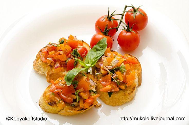 Брускетта с томатами и базиликом. Но в этом блюде точный рецепт, не нужен:). Основа: вкусный хлеб, два вида томатов (свежие и вяленые), базилик, сладкий лук, сочный перец и конечно ароматное оливковое масло. #FoodPhoto by Kobyakov Dmitry #mukolefood #рецепт #еда #брускетта #вегетарианское #постное #без_мяса #food #vegan #вкусно #готовимдома #Веган #vegetarian #handmadefood #бутерброд #томаты #вяленые_томаты #сушеные_томаты
