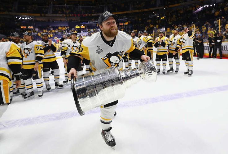 Penguins Mobile: NASHVILLE, TN - JUNE 11: Phil Kessel #81 of the Pittsburgh Penguins celebrates with the Stanley Cup Trophy after they defeated the Nashville Predators 2-0 in Game Six of the 2017 NHL Stanley Cup Final at the Bridgestone Arena on June 11, 2017 in Nashville, Tennessee. (Photo by Bruce Bennett/Getty Images)