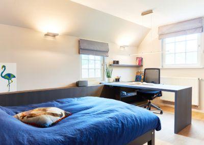 Deze compacte kamer is multifunctioneel ingericht. Het badkamermeubel is voorzien van een opbouw waskom met een strak design. De zwevende laden bieden plaats voor praktische opbergruimte van handdoeken en andere badkamerbenodigdheden. Een spiegel op maat met geïntegreerde verlichting geeft een goed uitgebalanceerd licht op het gelaat. Het ruime bureau geeft extra comfort van werkruimte en de zwevende leggers met verborgen bevestiging zijn erg stabiel om als boekenplank te fungeren.