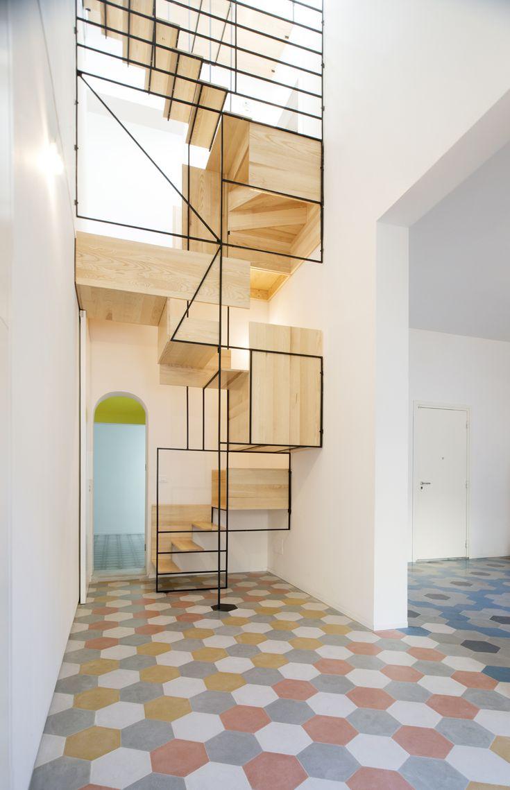 Escalier en bois et metal, revêtement de sol carreaux de ciments colorés. Décoration originale et moderne