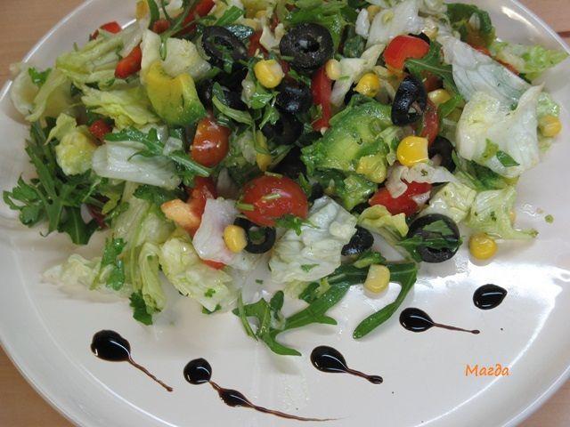 Салат з авокадо та руколою