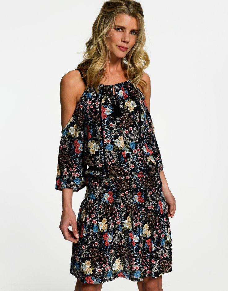 Geef je outfit een zomerse boost met deze Goodness jurk! Het korte jurkje met cold-shoulder mouwen heeft speelse cut-outs in het midden en een smalle opening met kwastjes op de rug. De geplooide onderkant vormt een mooie afwerking. De gebloemde cold-shoulder jurk is gemaakt van viscose, dat bekend staat om zijn luchtige kwaliteit. Heels eronder en klaar voor een nieuwe stralende dag.